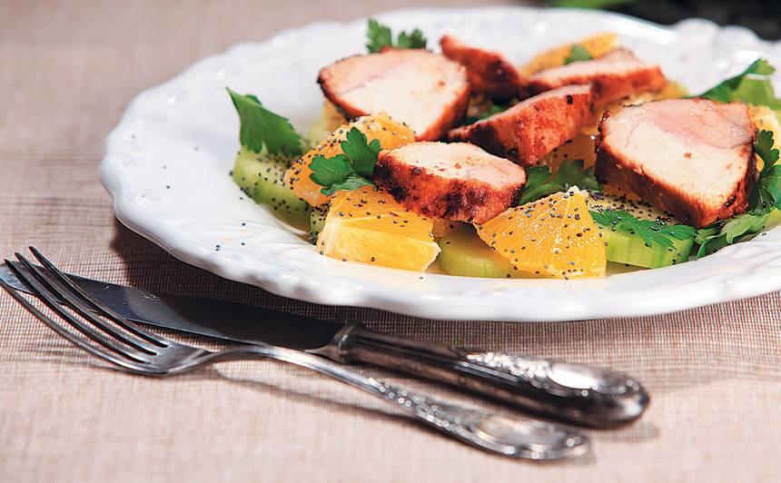 Cepta cūkgaļa ar apelsīnu un magoņu salātiem recepte