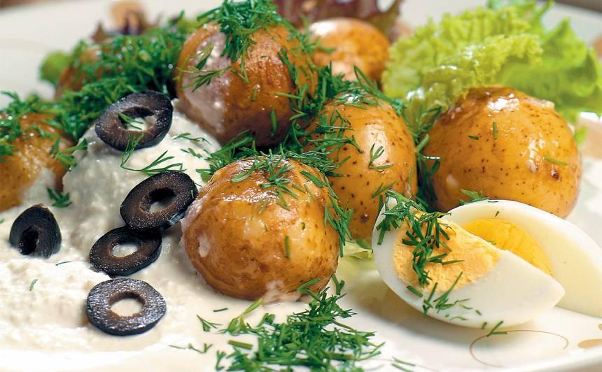 Pienā vārīti kartupeļi biezpiena mērcē recepte