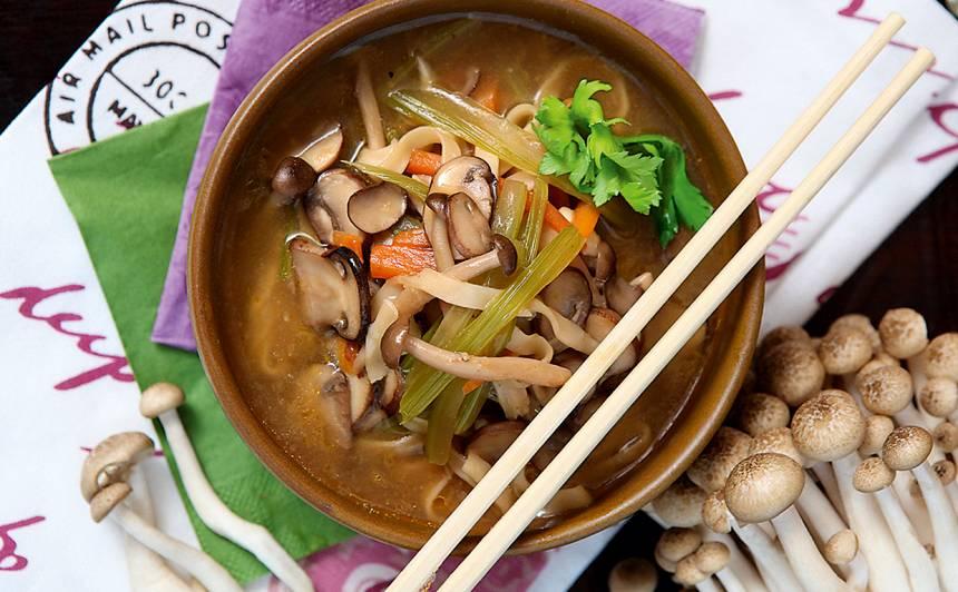 Orientāla zupa ar šimeji sēnēm un olu nūdelēm recepte