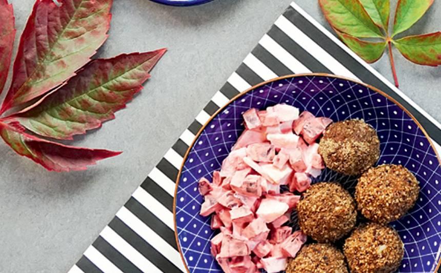 Gaļas bumbiņas ar rīsiem un biešu salātiem recepte