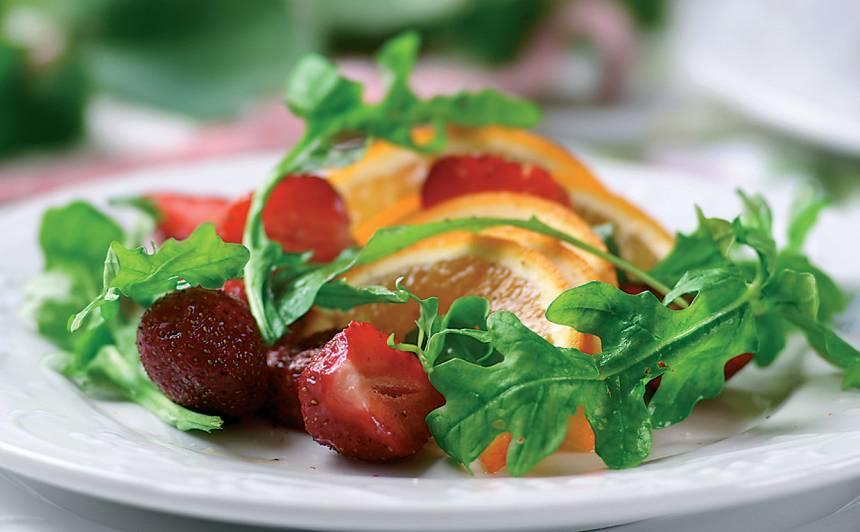 Salāti ar zemenēm, apelsīnu un rukolu recepte