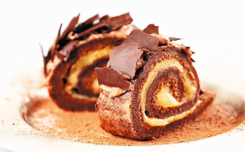 Šokolādes rulete ar vārīto krēmu recepte