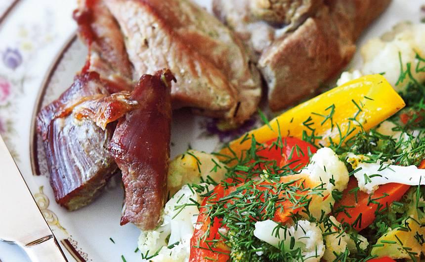 Sautēti tītara šķiņķi ar tvaicētiem dārzeņiem recepte