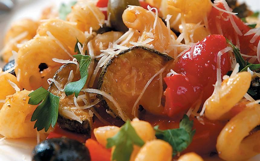 Makaroni ar sautētiem dārzeņiem un olīvām recepte