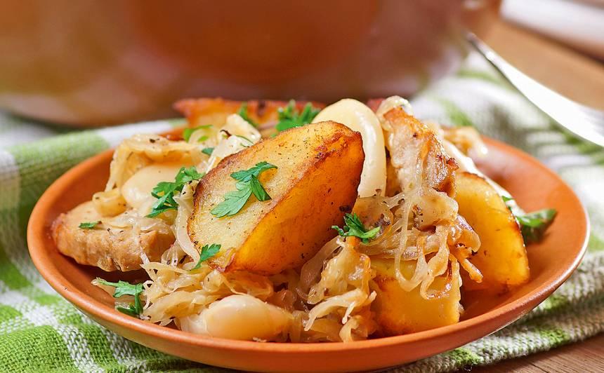 Skābēti kāposti ar tītaru, pupām un kartupeļiem recepte