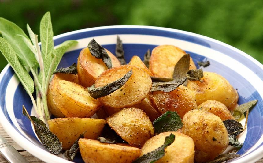 Uz lēnas uguns cepti kartupeļi ar salviju
