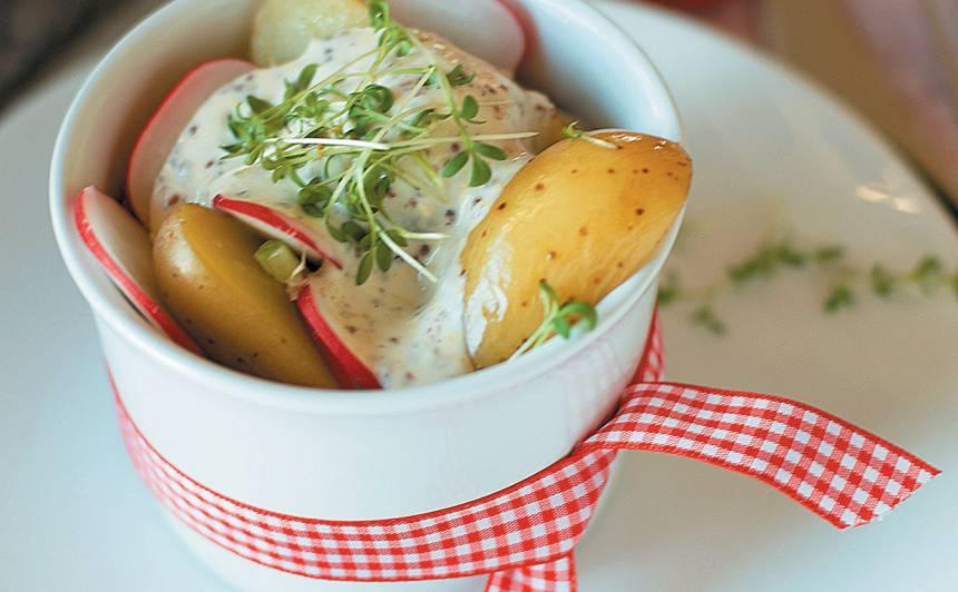 Jaunie kartupeļi ar redīsiem un jogurta mērci