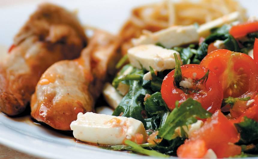 Pilngraudu makaroni ar vistu un salātiem recepte