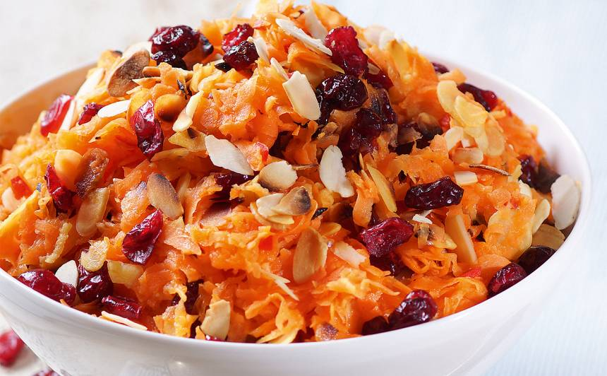 Burkānu salāti ar mandelēm un dzērvenēm recepte