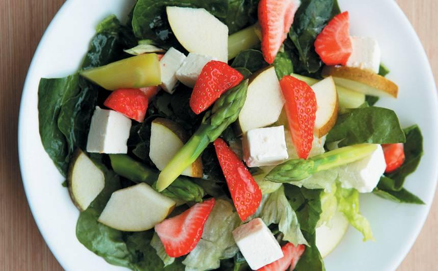 Salāti ar sparģeļiem un zemenēm recepte