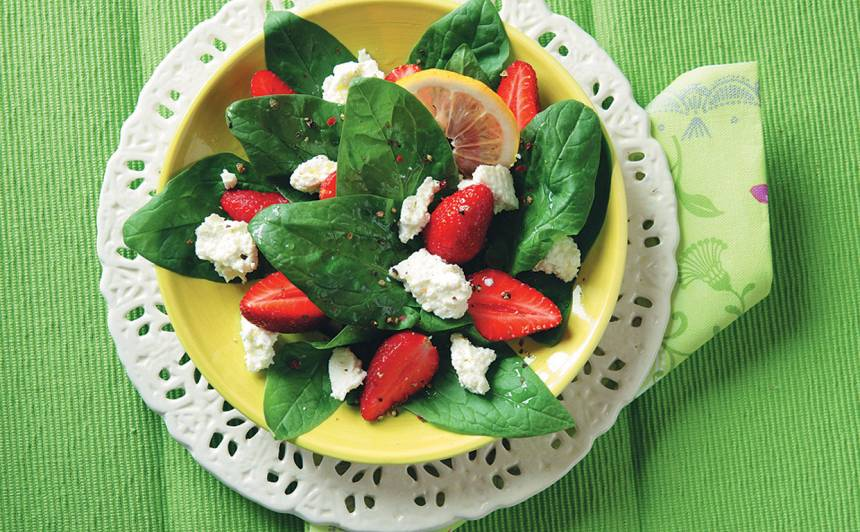 Spinātu salāti ar zemenēm un biezpienu recepte