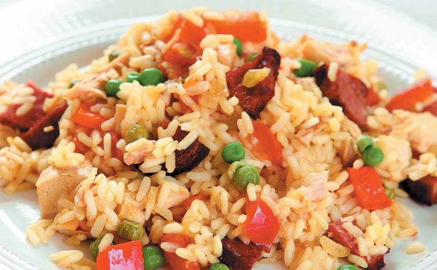 Rīsu sacepums ar vistas gaļu un desu recepte