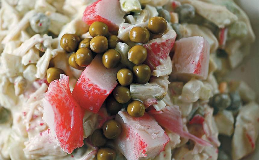 Krabju nūjiņu salāti ar zirnīšiem recepte