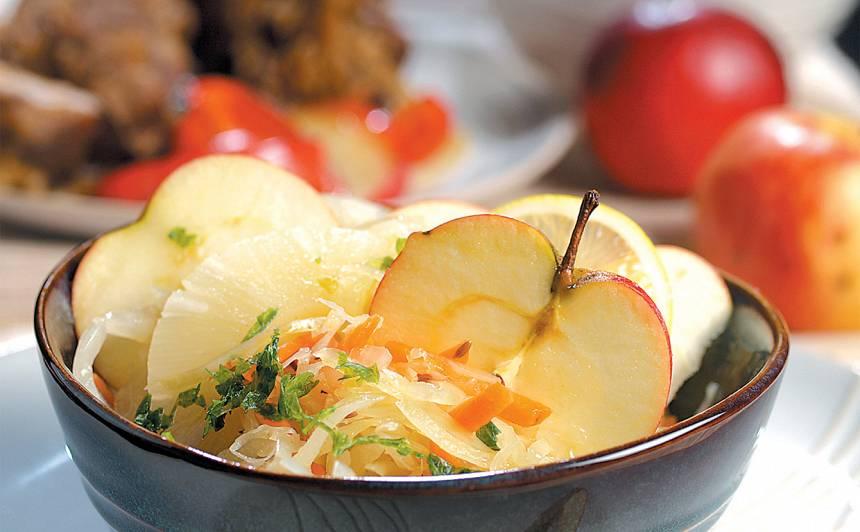 Skābētu kāpostu salāti ar augļiem