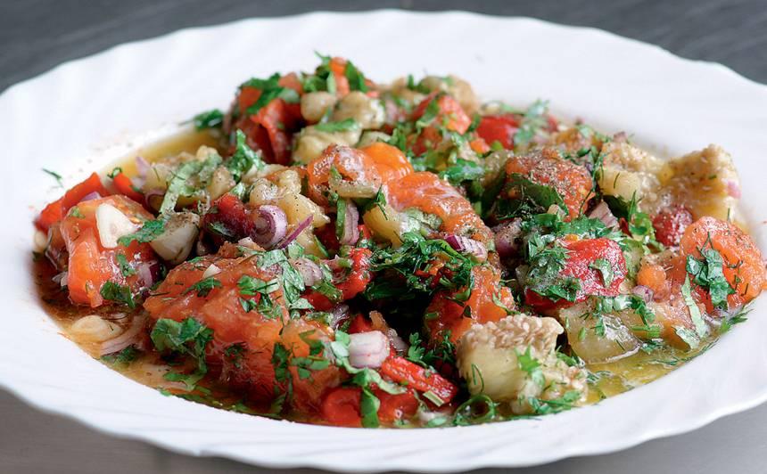 Uz oglēm ceptu dārzeņu salāti armēņu gaumē