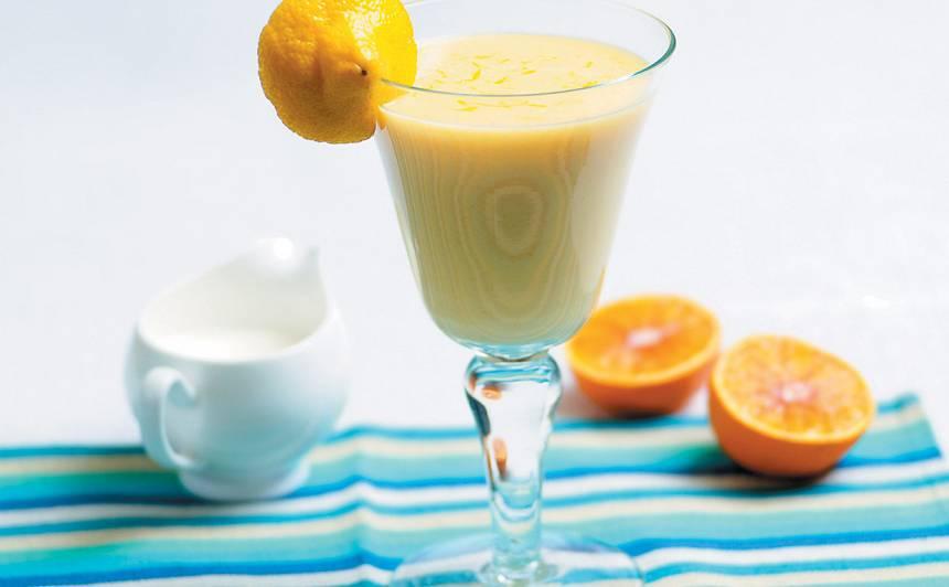 Piena un olu  kokteilis ar vīnogu sulu