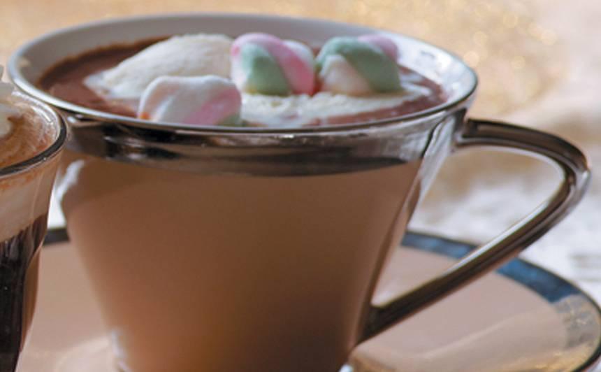 Karstā šokolāde ar saldējumu un pastilām recepte