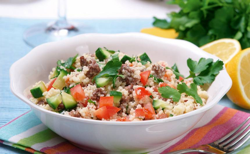 Siltie kuskusa salāti ar malto gaļu