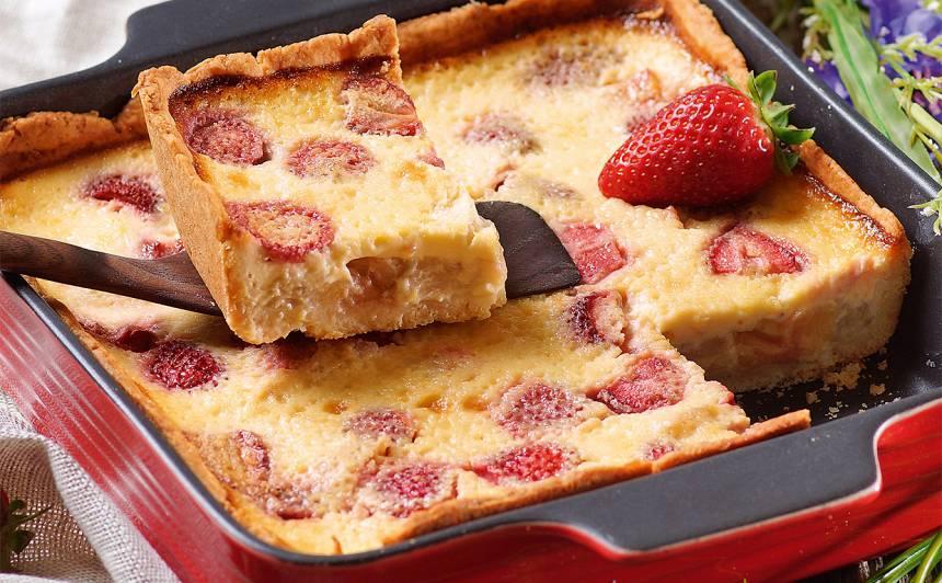 Rabarberu kūka ar zemenēm un medu recepte