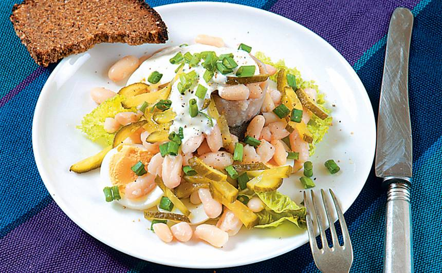 Salāti ar siļķi un pupiņām recepte