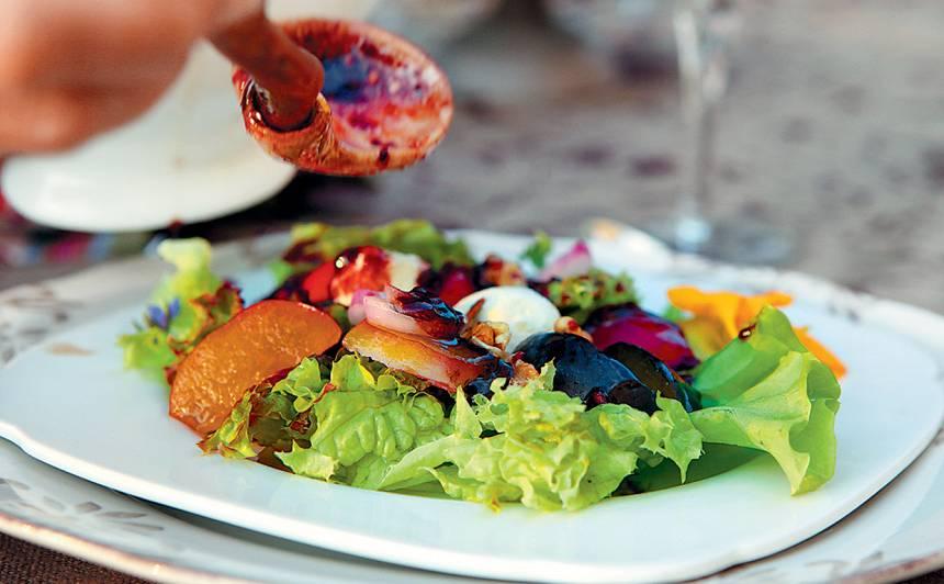 Kazas siera salāti ar gurķu mētrām un aveņu mērci recepte
