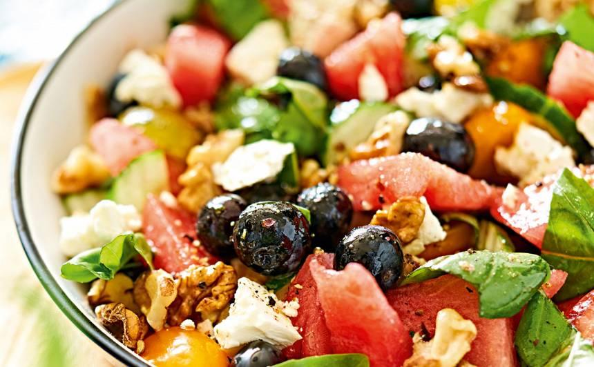 Salāti ar arbūzu, kazas sieru un mellenēm