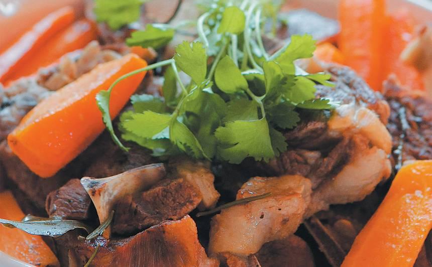 Baltvīnā sutināta jēra gaļa ar kartupeļiem recepte