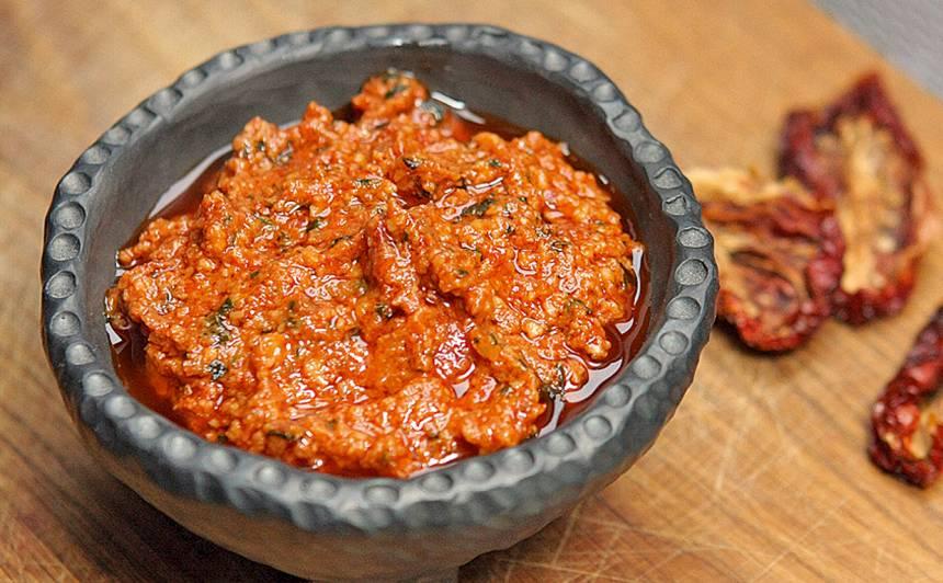Mājās gatavots kaltēto tomātu pesto