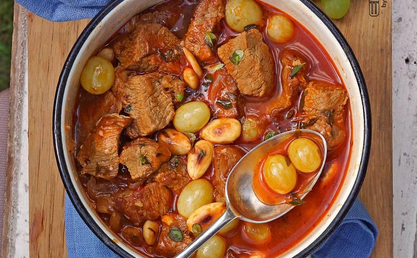 Teļa gaļas ragū ar vīnogām un mandelēm