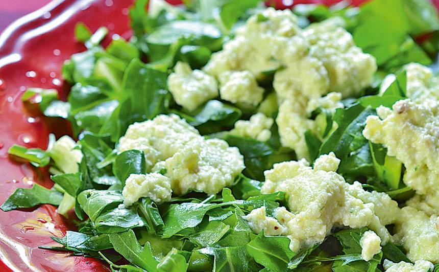 Svaigie salāti ar mandeļu un gurķu mērci recepte