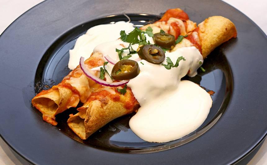 Meksikāņu enchiladas ar sarkano mērci recepte