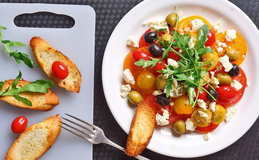 Tomātu salāti ar olīvam un fetu recepte