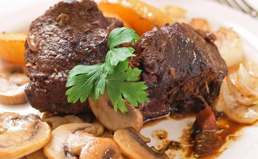 Liellopa gaļa sarkanvīna mērcē recepte