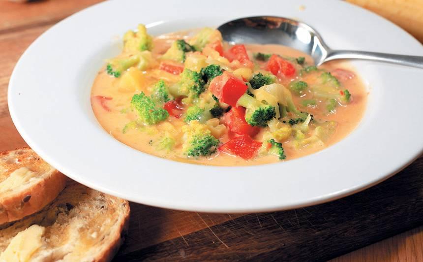 Sarkanās paprikas, brokoļu un siera biezzupa recepte