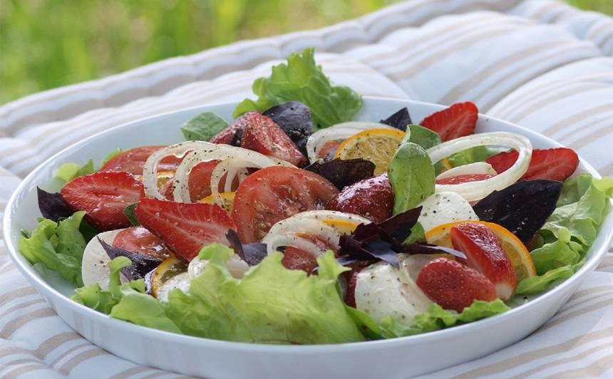 Piknika salāti ar zemenēm un mocarellu un sīpolu recepte