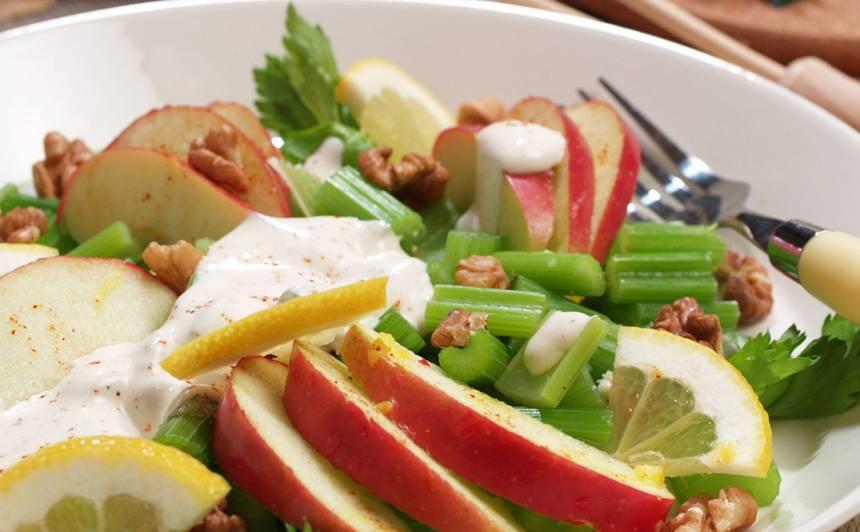 Selerijas kātu salāti ar āboliem un jogurta mērci recepte