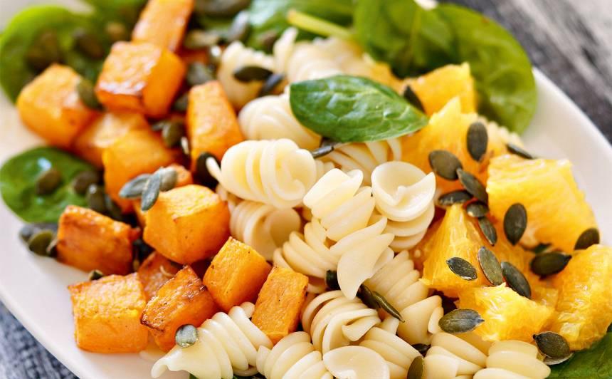 Ķirbja, apelsīna un makaronu salāti recepte