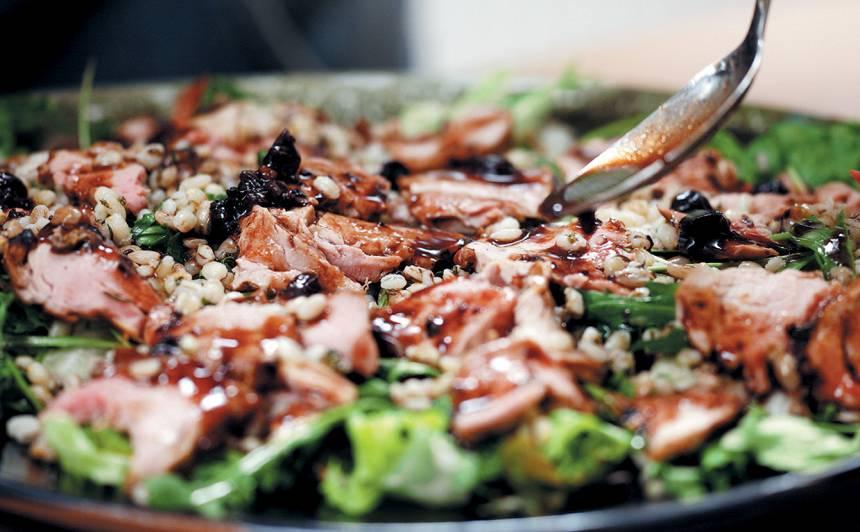 Cūkas filejas salāti <strong>ar grūbām un upeņu mērci</strong>