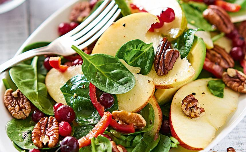 Spinātu salāti ar augļiem un riekstiem recepte