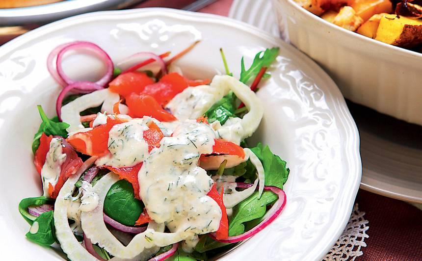 Auksti kūpinātas foreles salāti ar mārrutku mērci recepte