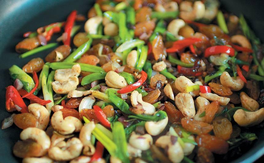 Basmati rīsi ar riekstiem, rozīnēm un lociņiem recepte
