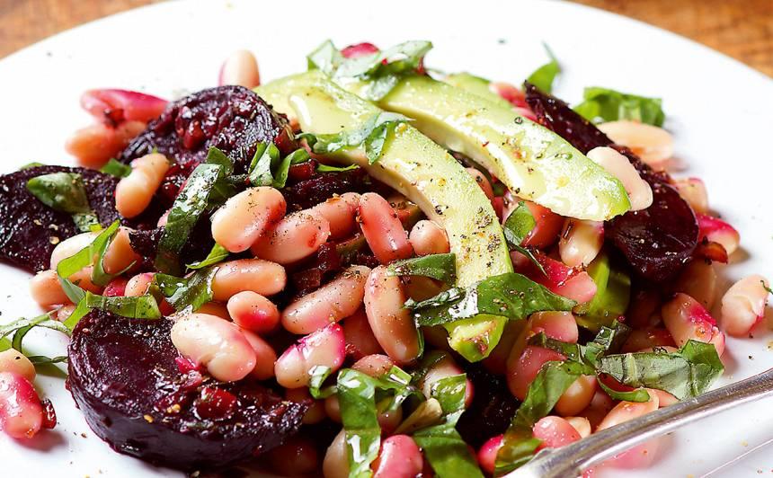 Avokado un ceptu biešu salāti ar pupiņām recepte