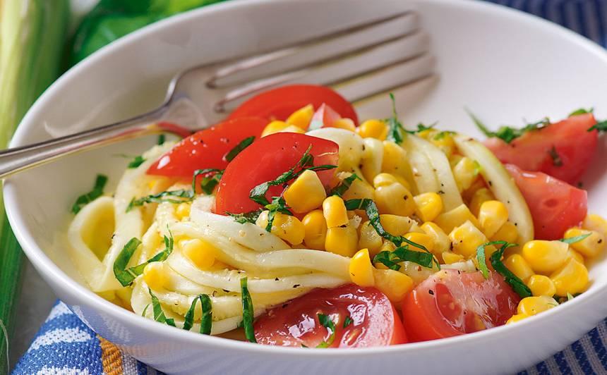 Salāti ar kukurūzu, tomātiem un cukīni