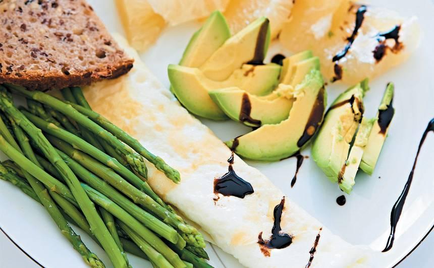 Omlete ar sparģeļiem, avokado un pomelo