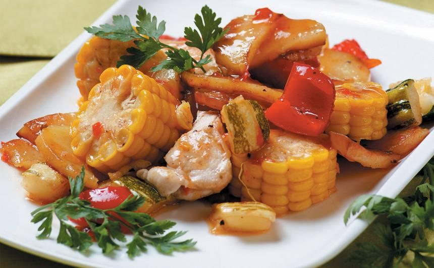 Vistas fileja ar dārzeņiem un kukurūzu