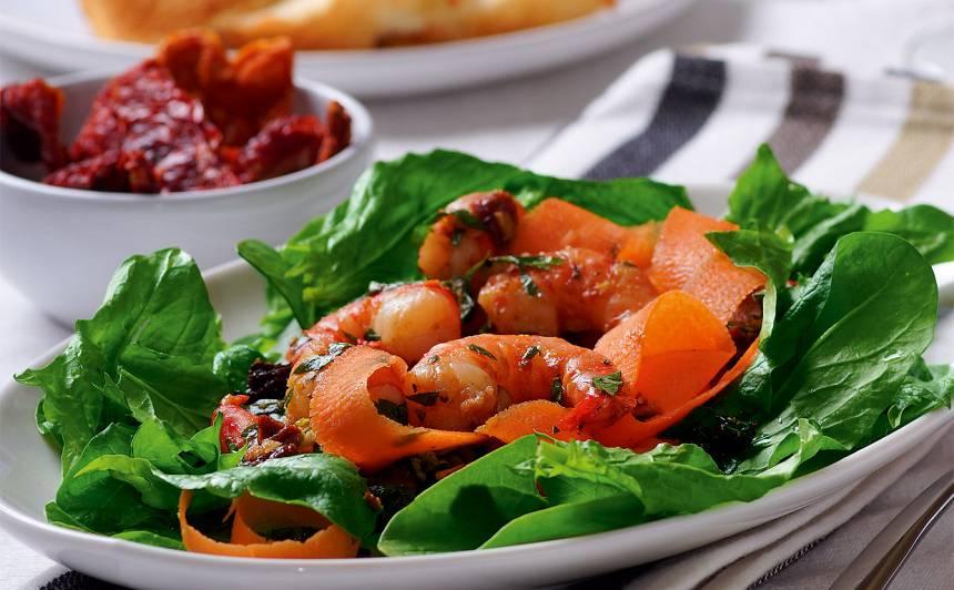 Spinātu salāti ar burkāniem un garnelēm receptes
