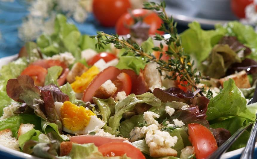 Ozollapu salāti ar kūpinātu gaļu recepte