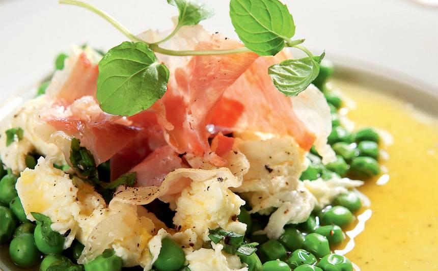 Mocarellas salāti ar zirnīšiem un prošuto