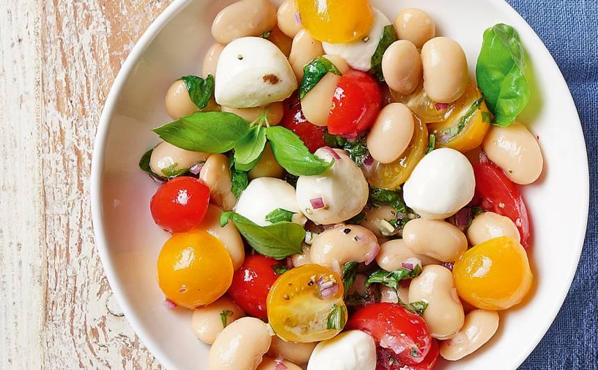 Pupiņu salāti ar tomātiem un sieru