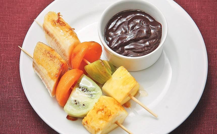 Grilēti augļi ar šokolādes mērci recepte